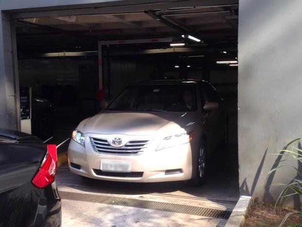 Seguranças manobram carros que trouxeram a família de Joe Jackson (Foto: Tatiana Regadas / EGO)