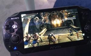 Portátil Vita roda 'God of War: Ascension', do PS3, pelo serviço PlayStation Now (Foto: Gustavo Petró/G1)