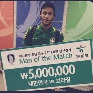 Neymar com prêmio de melhor em campo na Coreia (Foto: Reprodução/Instagram)
