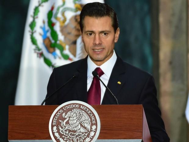 O presidente mexicano Enrique Peña Nieto discursa no Palácio Nacional, na Cidade do México, na segunda-feira (14) (Foto: Alfredo Estrella/AFP)