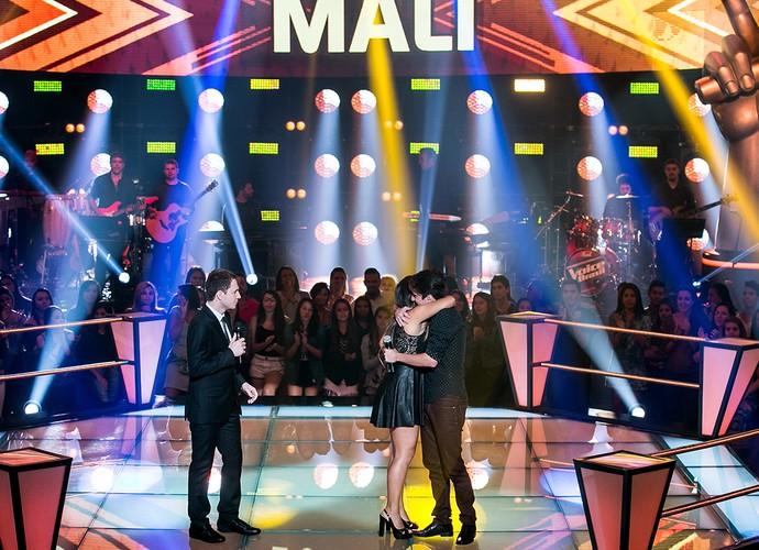 Mali comemora escolha de Teló e abraça Eduardo após apresentação (Foto: Isabella Pinheiro/Gshow)