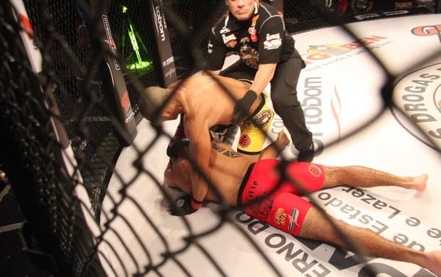 Douglas D'Silva nocauteia Thiago Passos no Jungle Fight 63 (Foto: Igor Mota / Jungle Fight)