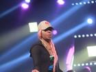 Ludmilla usa peruca rosa e deixa as pernas de fora em show em São Paulo