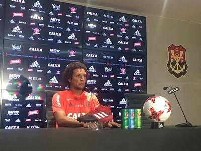 Willian Arão concede coletiva no Ninho do Urubu (Foto: Amanda Kestelman/GloboEsporte.com)