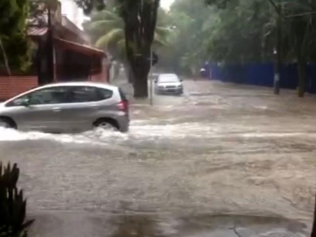 Chuva forte alaga via de Campinas (Foto: Reprodução / EPTV)
