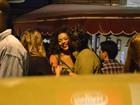 Juliana Alves curte noite fria abraçada com o namorado em bar do Rio