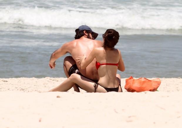 Bianca Bin e marido na praia da Barra da Tijuca, RJ (Foto: Henrique Oliveira / FotoRioNews)