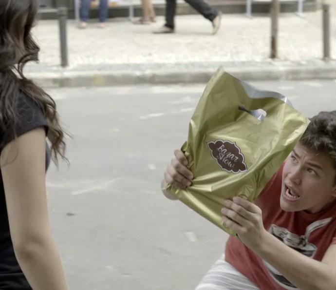 Antes do momento fofo, Artur sofre ao enganar Julia (Foto: Gshow)