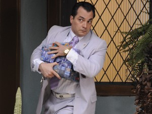 Nenê escondendo seus pacotinhos (Foto: Guerra dos Sexos/ TV Globo)
