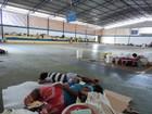 Venezuelanos dormem no chão e dividem abrigo improvisado em RR