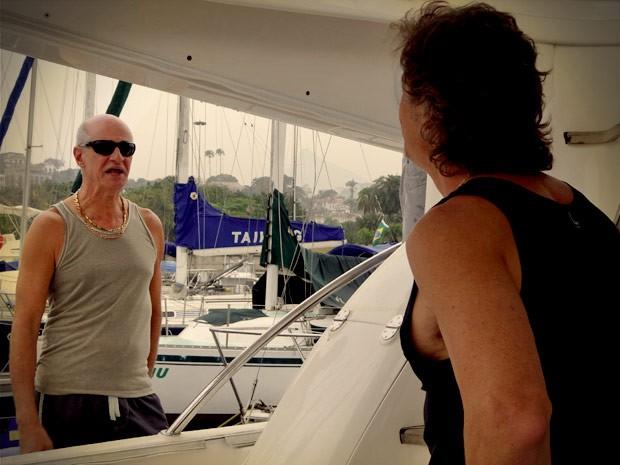 Leleco vai até o barco atrás de Max e ameaça o próprio genro (Foto: Avenida Brasil/TV Globo)