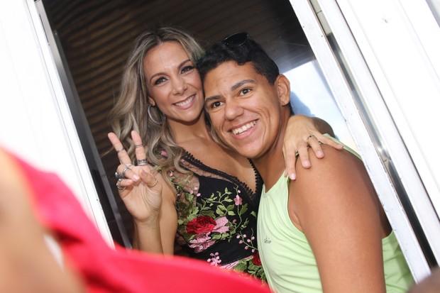 Carla Perez com os fãns no carnaval de Salvador (Foto: Thiago Duran/AgNews)