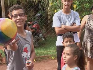 Crianças ficaram felizes ao receberem brinquedos (Foto: Reprodução/TV TEM)