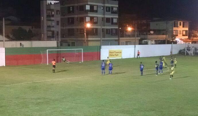 Momento da cobrança de pênalti do volante Canário, do Rio Branco-VN, na vitória sobre o GEL (Foto: Divulgação/Rio Branco-VN)