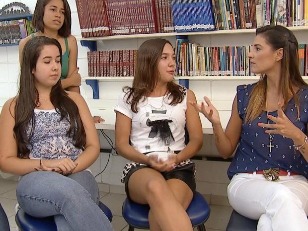 Lu Martins conversou com um grupo de adolescentes sobre o assunto (Foto: Reprodução / TV TEM)
