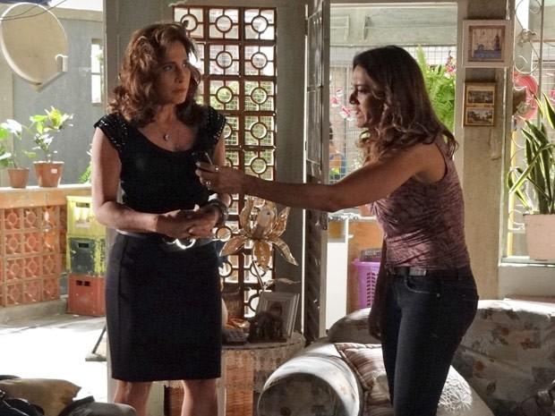 Lucimar não se conforma com o descaso de Morena e Wanda faz a fofa (Foto: Salve Jorge/TV Globo)