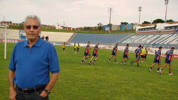 Professor José de Souza Teixeira é o superintendente do Guaratinguetá (Foto: Filipe Rodrigues/ Globoesporte.com)
