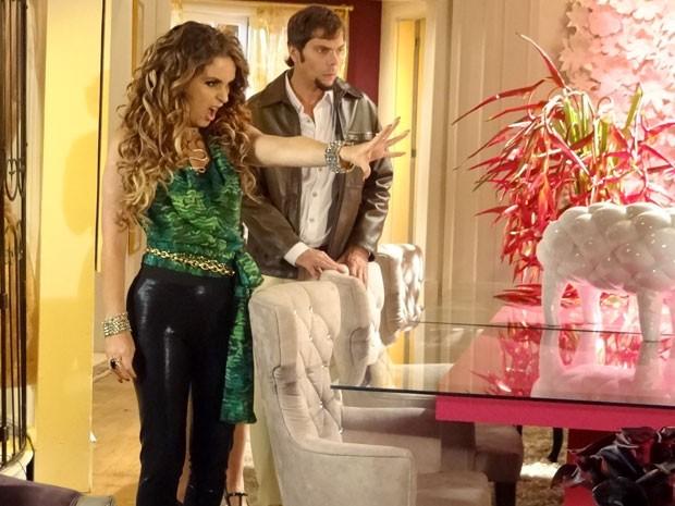 Chayene acha que explodiu celular de Socorro  (Foto: Cheias de Charme / TV Globo)