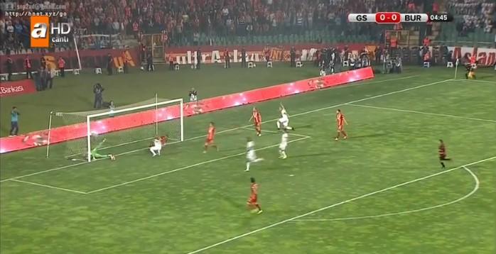 Goleiro do Galatasaray faz defesa difícil