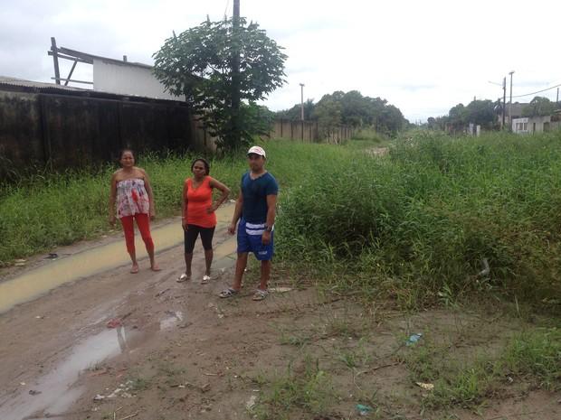 Moradores no meio da Av. Maria Cavalcante no Infraero 2, em Macapá (Foto: John Pacheco/G1)