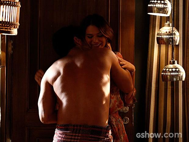 André e Luiza se beijam apaixonadamente e vão para a cama (Foto: Inácio Moraes / TV Globo)