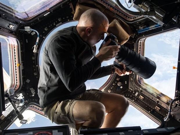 Dentro da janela de observação Cupola, na Estação Espacial Internacional, o astronauta americano Chris Cassidy usa uma lente de 400 milímetros para fotografar a Terra, 400 quilômetros abaixo. (Foto: Nasa / ISS)