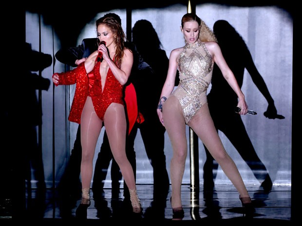 Jennifer Lopez (à esquerda) e Iggy Azalea se apresentam no American Music Awards neste domingo (23) (Foto: Evin Winter/Getty Images/AFP)
