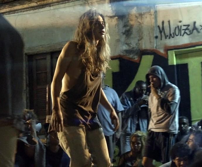 Larissa é enganada por um sujeito e acaba sendo violentada (Foto: TV Globo)