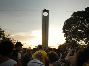 Turistas e macapaenses compareceram ao Marco Zerpo para prestigiar o Equinócio da Primavera (Foto: Gabriel Penha/G1-AP)