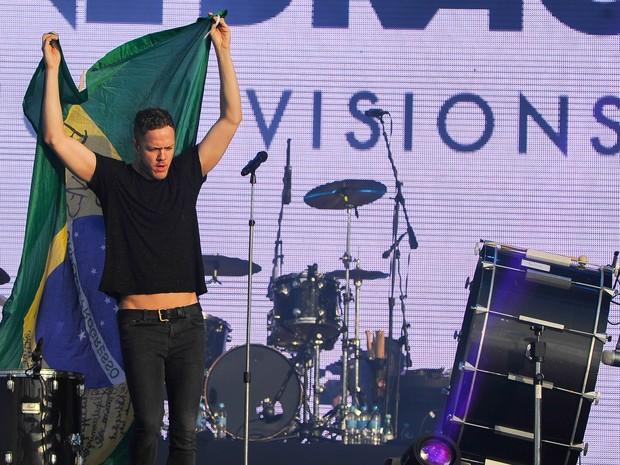 Dan Reynolds, vocalista do Imagine Dragons, abraça bandeira do Brasil durante show da banda no Lollapalooza neste sábado (Foto: Flavio Moraes/G1)