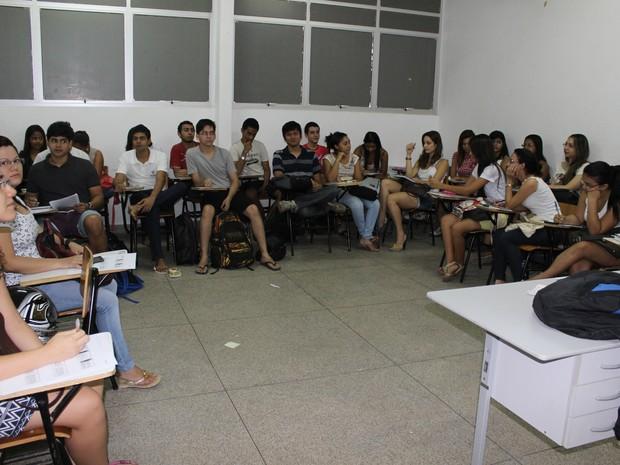Alunos do curso de Psicologia assistem aula em almoxarifado, local improvisado (Foto: Patrícia Andrade/G1)