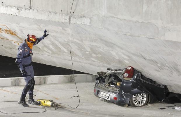 A segunda vítima fatal do desabamento do viaduto estava presa nas ferragens de um veículo de passeio (Foto: AP Photo/Victor R. Caivano)