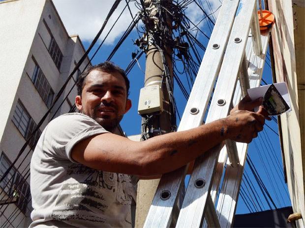 Sinval desistiu de ser locutor para trabalhar como pintor em Ribeirão Preto  (Foto: Clayton Castelani/ G1)