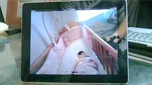 Com o uso de câmeras, os pais conseguem monitorar o bebê com o uso de um tablet (Foto: BBC)