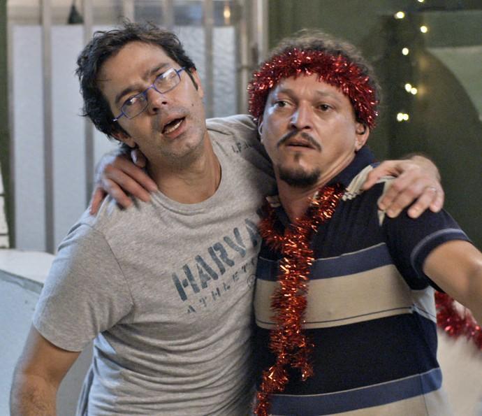 Rui e Oziel imploram para passar a noite de Natal na companhia de suas mulheres (Foto: TV Globo)