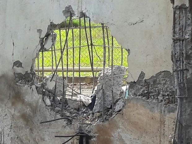 Com a explosão, um buraco foi aberto no muro da penitenciária  (Foto: Depen/ Divulgação)