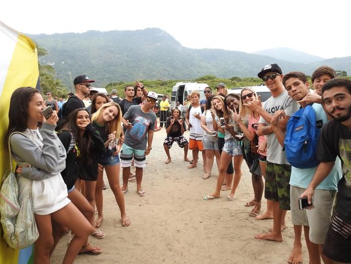 Fãs de John John Florence esperam surfista na saída da área de competição em Grumari (Foto: Rio Pro)