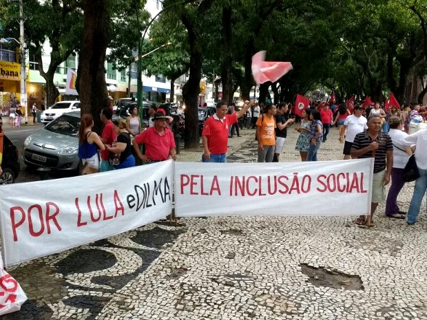 Faixas de manifestantes destacam os avanços sociais e a defesa de Dilma e Lula. (Foto: Alexandre Yuri/G1)