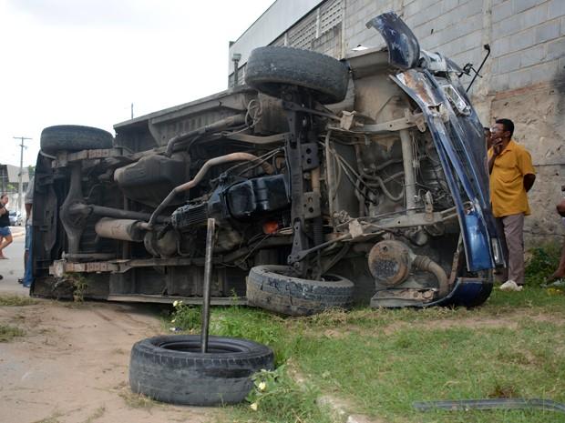 Van transportava passageiros de Bayeux para João Pessoa quando aconteceu o acidente (Foto: Walter Paparazzo/G1)