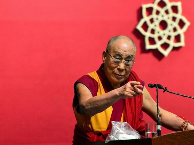 Líder espiritual tibetano discursa durante cerimônia de inauguração do Centro para prática de ioga em Bangalore, na Índia, na segunda-feira (7) (Foto: Manjunath Kiran / AFP)