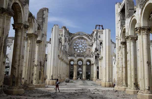 Haitiano passa por escombros da Notre Dame De l'Assomption Cathedral em foto de 7 de janeiro (Foto: AP)