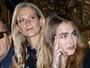 Dose dupla: Cara Delevingne e a irmã Poppy assistem a desfile em Paris