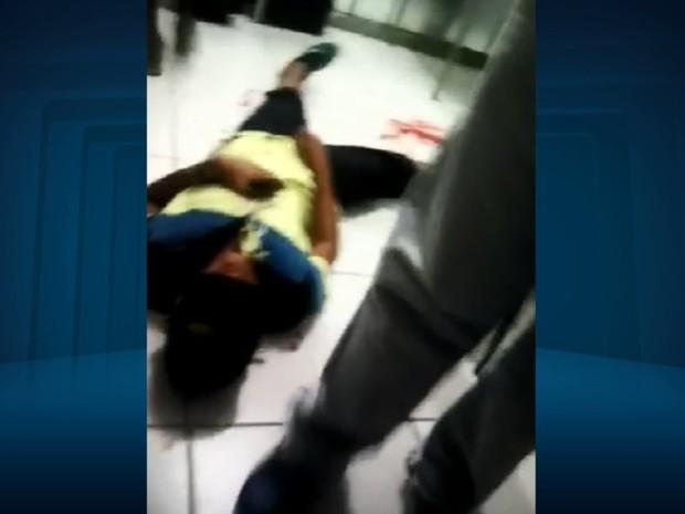 Vídeo mostra um dos adolescentes após ser atingido por tiro em escola de Três Corações (Foto: Reprodução/EPTV)
