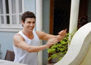 Nando chega correndo fugindo de Felipe (Foto: Guerra dos Sexos / TV Globo)