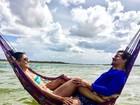 Paloma Bernardi e Thiago Martins namoram em dia de praia