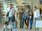Márcio Garcia embarca com a família em aeroporto do Rio