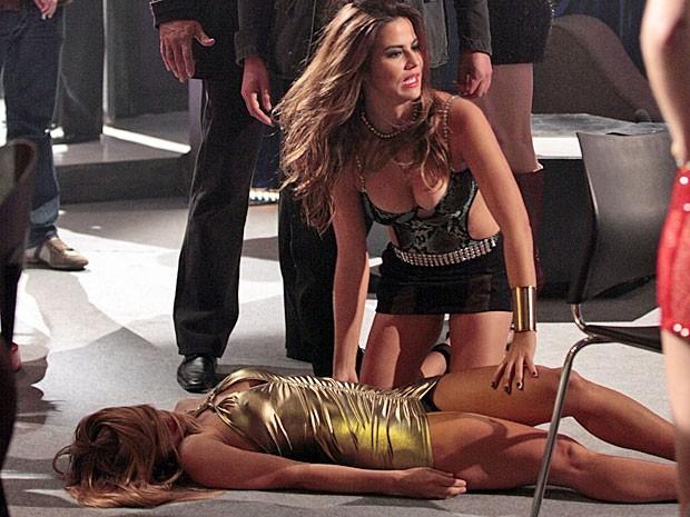 Jéssica cai dura na primeira noite de trabalho na boate (Foto: Divulgação/TV Globo)