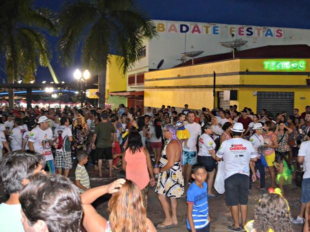 Foliões se concentraram no Mercado Velho em Rio Branco e seguiram para a Gameleira com o bloco Urubu Cheiroso (Foto: Quésia Melo/G1)