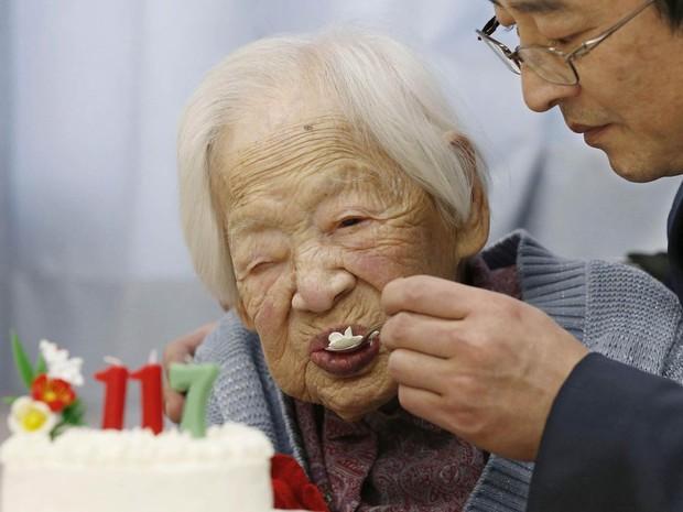 A japonesa Misao Okawa, reconhecida pelo Guinness Book, o livro dos recordes, como a pessoa mais velha do mundo, come bolo durante comemoração de seu aniversário de 117 anos em Osaka, Japão (Foto: Reuters/Kyodo)