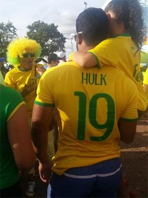 Sósia do jogador Hulk tira foto com criança no colo, após pedido de fã, em Brasília (Foto: Raquel Morais/G1)